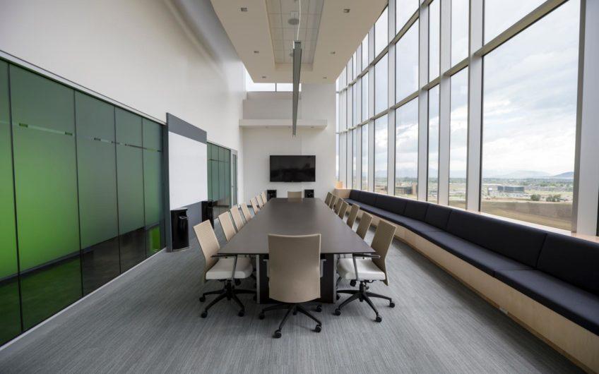 Просторный офис с хорошим оформлением